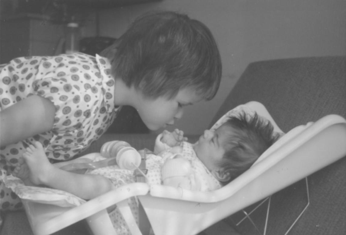juni 1965. Weer thuis uit het ziekenhuis met zusje