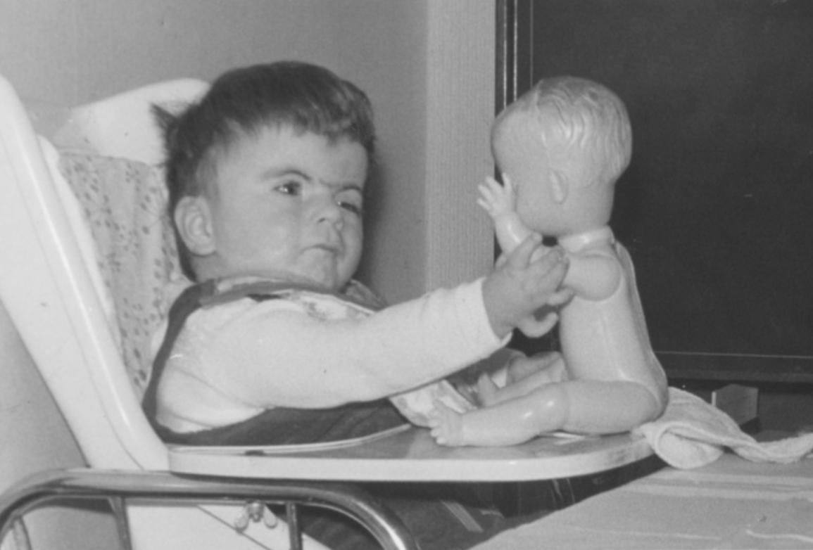 December 1966. Ook poppenhandjes zijn mooi
