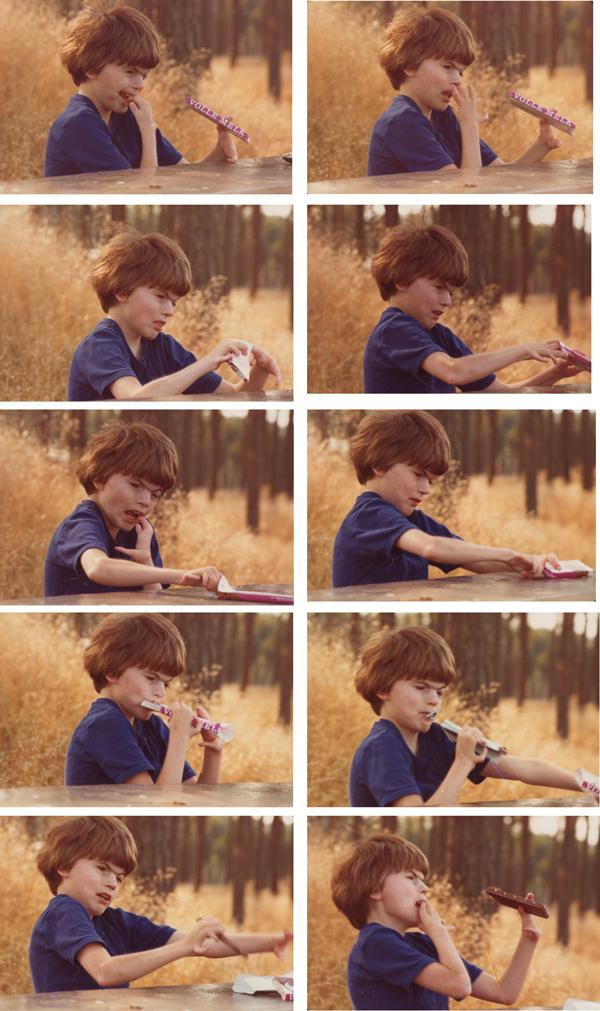 ca. 1980. Peter ontdekt hoe je een reep chocolade uitpakt